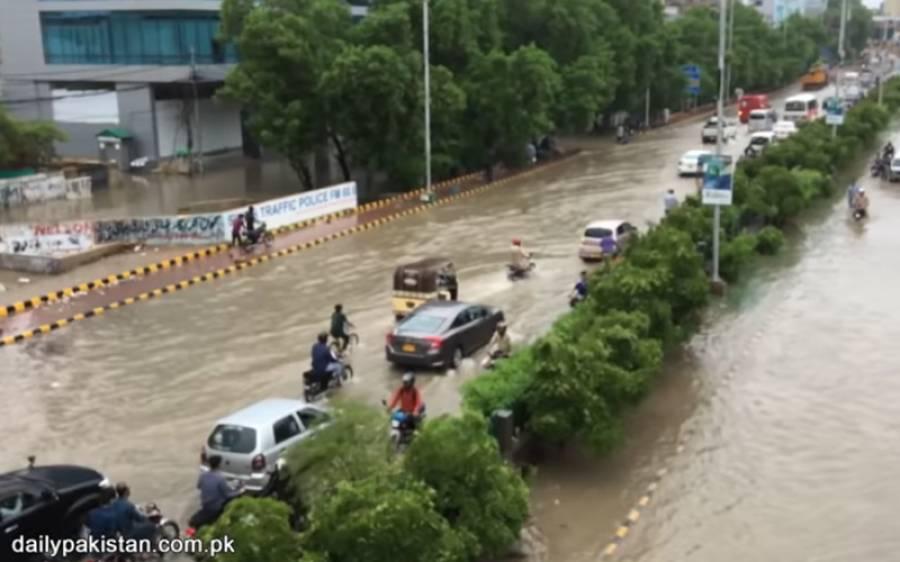 لوگ شاہراہوں پر پانی میں پھنسی اپنی گاڑیاں چھوڑ کر چلے گئے