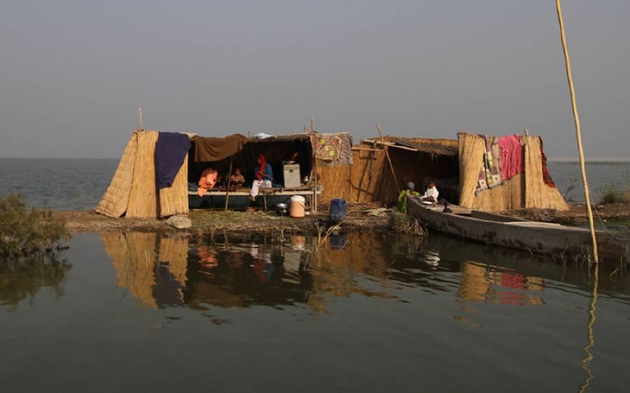 منچھر جھیل کا دروازہ ٹوٹ گیا، سیلاب سے بچنے کیلئے لوگوں کی نقل مکانی