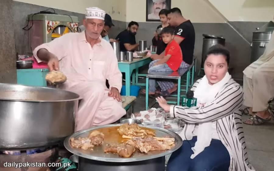 لاہور میں سری پائے کی معروف دوکان جو صبح پانچ بجے صرف دو گھنٹےکےلئےکھلتی ہے، یہاں ناشتہ کرنے کے لیے رات جاگنا پڑتا ہے