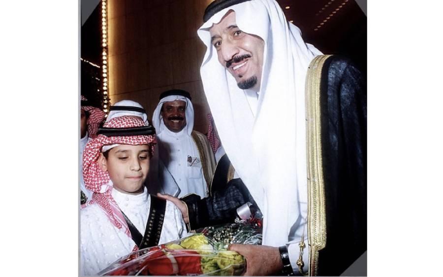 کیا آپ بتاسکتے ہیں کہ شاہ سلمان کو گلدستہ پیش کرنے والا یہ معصوم بچہ اب دنیا کی کون سی طاقتور ترین شخصیت بن چکا ہے؟