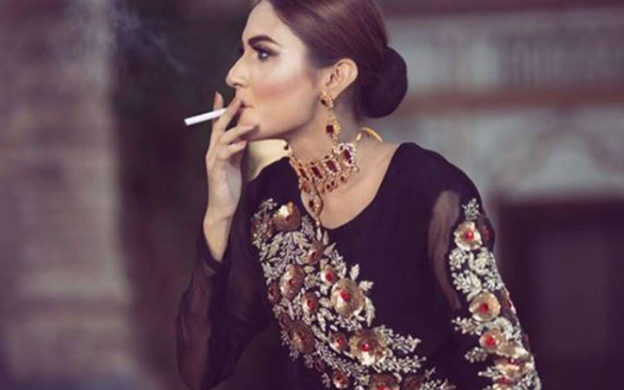 ماڈل زرش گریوال کی سگریٹ پیتی تصویر دیکھ کر پاکستانیوں نے اُنہیں شدید تنقید کا نشانہ بنا ڈالا