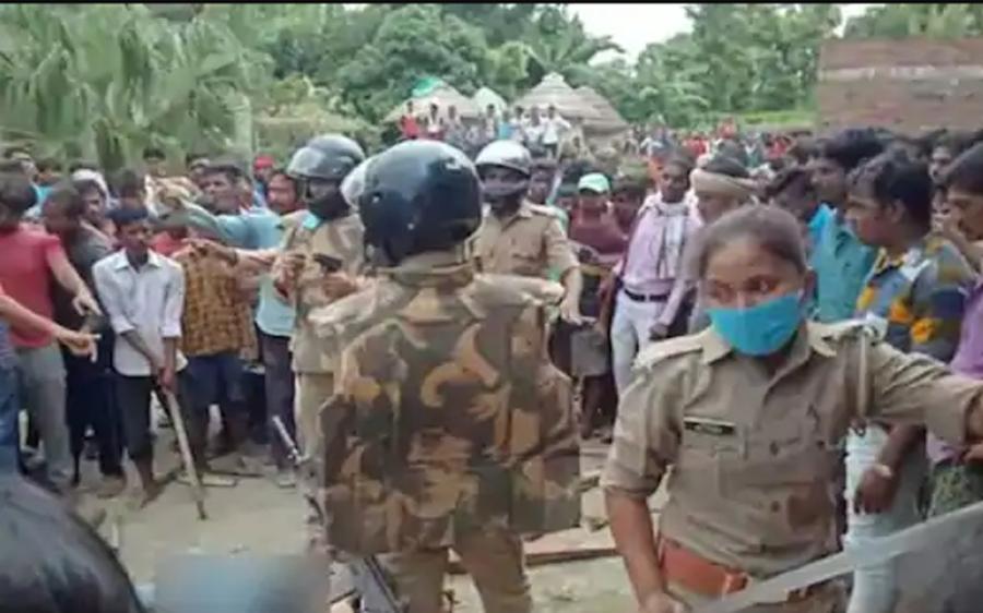 ٹیچر کو قتل کرکے خود کو پولیس کے حوالے کرنے والے ملزم کو گاؤں والوں نے چھین لیا، پھر اس کے ساتھ کیا ہوا؟ روح تڑپادینے والی خبر آگئی