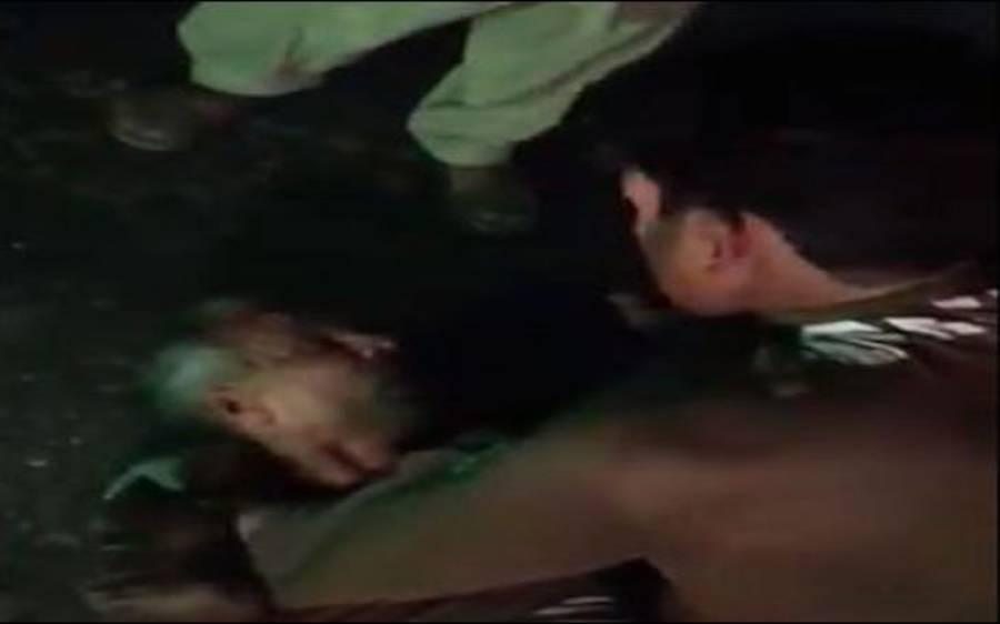 100 روپے کا تنازعہ، 2 پولیس اہلکار آپس میں لڑ پڑے، ویڈیو سوشل میڈیا پر وائرل