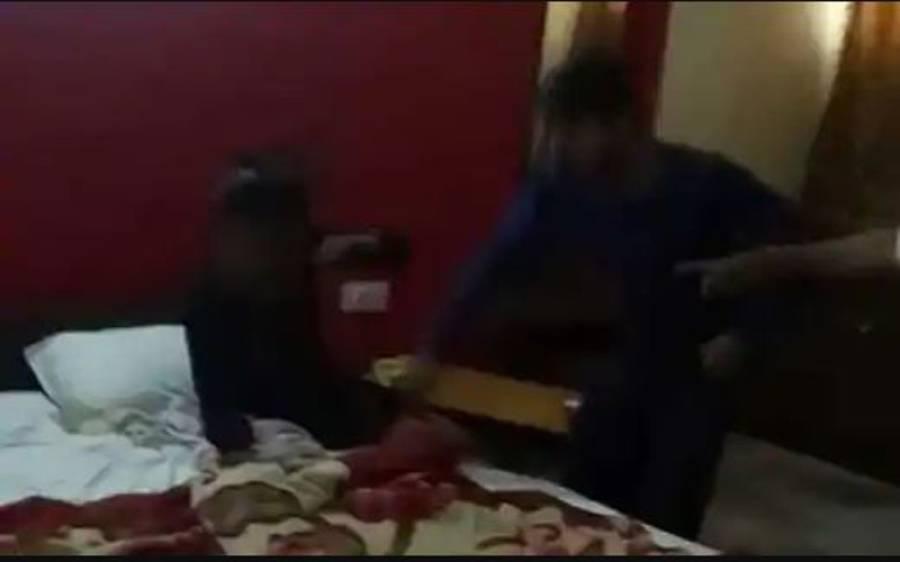 شوہر نے بیوی کو غیر مرد کے ساتھ رنگے ہاتھوں پکڑلیا، پھر ایسا کام کردیا کہ ویڈیو وائرل ہوگئی