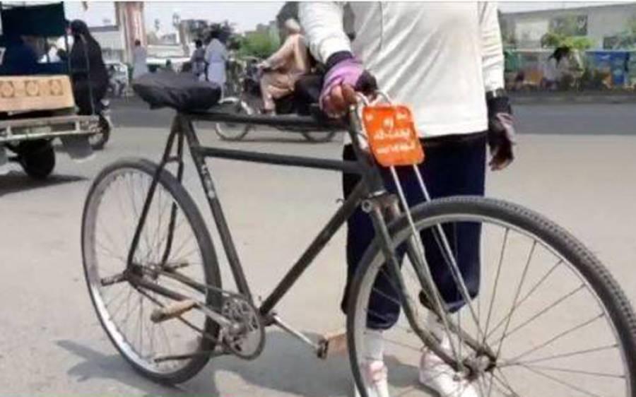 بلوچ نوجوان بریک اور ہینڈل کے بغیر سائیکل پر گوجرانوالہ پہنچ گیا