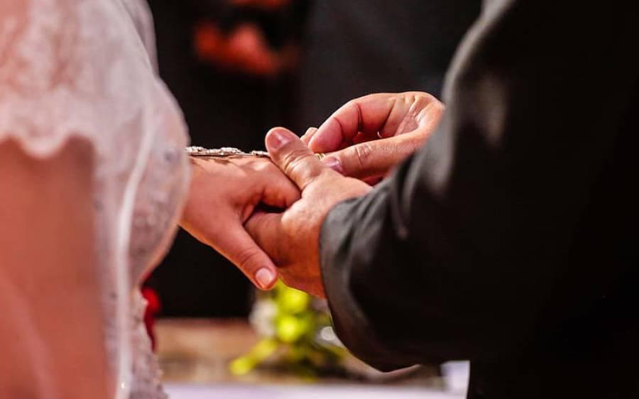 کورونا وائرس کی وجہ سے ڈرائیو تھرو شادی سروس، بیٹھے بیٹھے منٹوں میں میاں بیوی بن جائیں