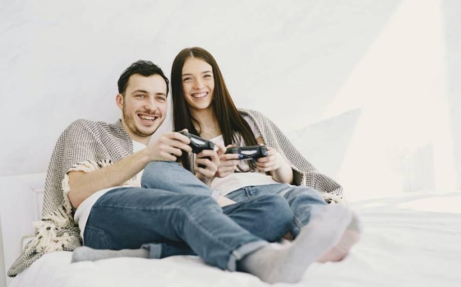 لاک ڈاﺅن کے دوران کنواروں نے زیادہ خوش وقت گزارا یا شادی شدہ افراد نے؟ تازہ تحقیق میں جواب مل گیا