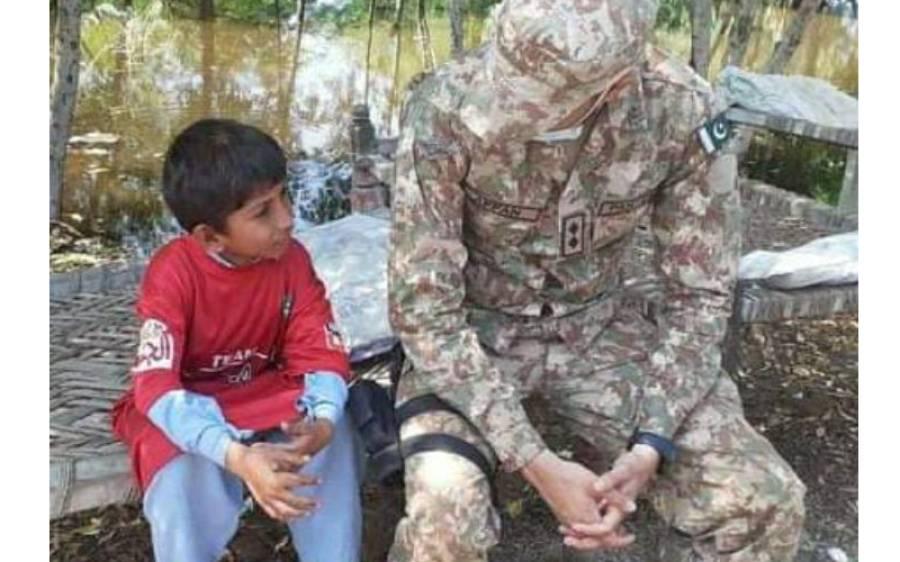مرغا مرنے پر ناراض 8 سالہ بچے کو اقرار الحسن اور پاک فوج نے خوشخبری سنادی