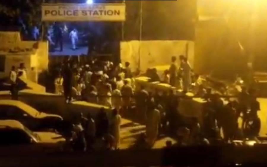 کراچی میں پی ٹی آئی کے دو گروپوں کے مابین تصادم ، تھانہ میدان جنگ بن گیا