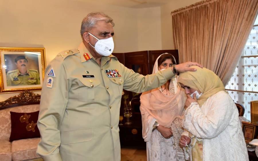 آرمی چیف کی شہید کرنل مجیب الرحمان کے گھر آمد،اہلخانہ سے تعزیت کی