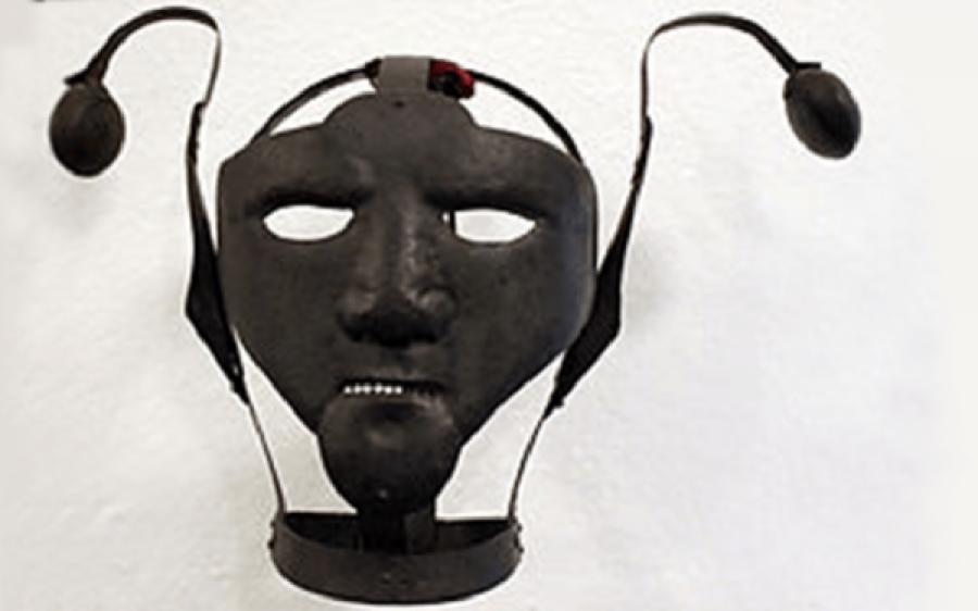 کئی سو سال پہلے شوہر اپنی بیگمات کو خاموش رکھنے کے لیے کیا چیز استعمال کرتے تھے؟