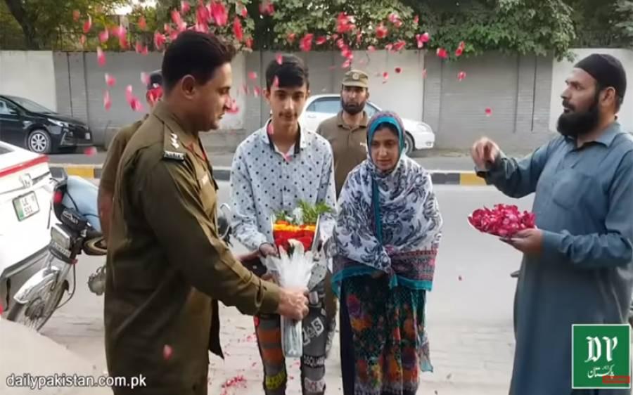 میٹرک میں پوزیشن لینے والے طالبعلم کو پنجاب پولیس کا عظیم پروٹوکول،ایک لاکھ روپے پولیس آفیسر نے اپنی جیب سے ادا کیے