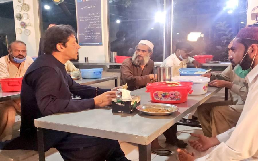 وزیراعظم عمران خان کا پناہ گاہ کا دورہ،مسافروں کے ساتھ کھانا بھی کھایا