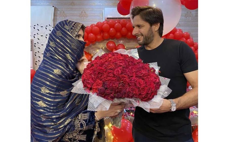 شادی کی 20 ویں سالگرہ پر شاہد آفریدی نے اپنی اہلیہ کے ساتھ تصویر جاری کر دی