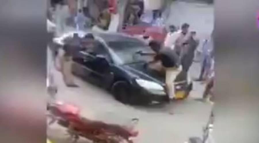 بزرگ کار سوار کے گاڑی نہ روکنے پر پولیس اہلکار نے بونٹ پر چڑھ کر پستول تان لیا