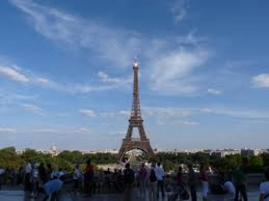 فرانس میں بم کی اطلاع پر ایفل ٹاور کو خالی کرالیا گیا لیکن پھر مشکوک بیگ میں سے کیا نکلا؟