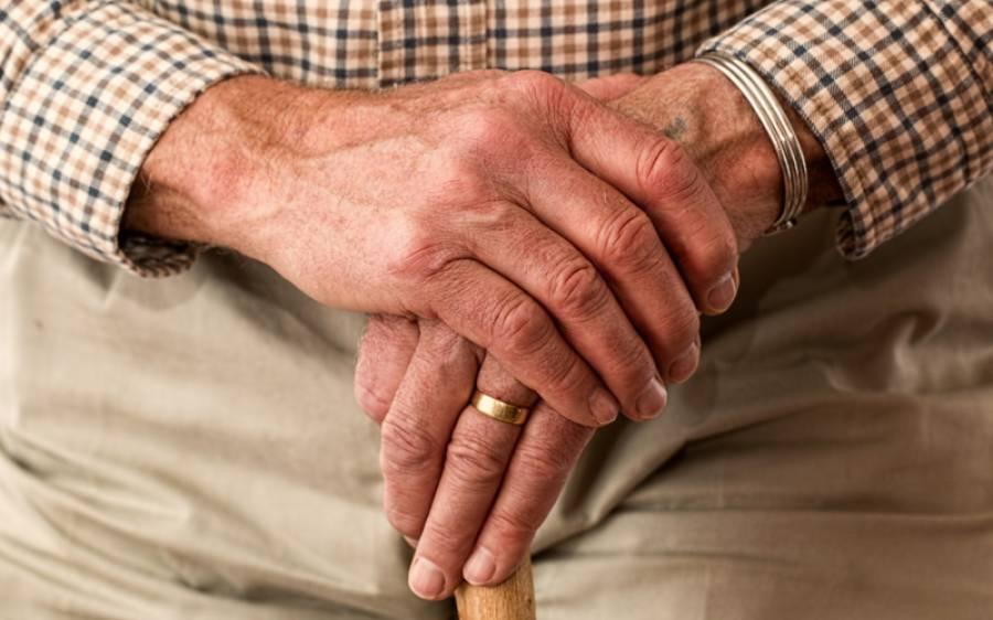 سائنسدانوں نے بوڑھوں کی عمر 25 سال کم کرنے کا طریقہ دریافت کرلیا، تہلکہ خیز دعویٰ کردیا