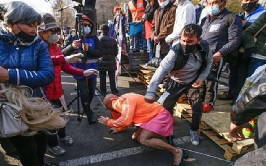 جنسی گڑیا کے ساتھ شادی کا اعلان کرنے والے باڈی بلڈر کو خواتین کے کپڑے پہن کر بازار میں گھومنا مہنگا پڑ گیا