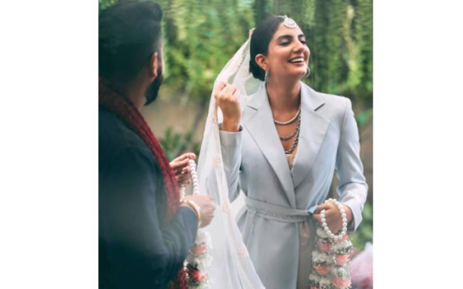 نوجوان دلہن نے اپنی شادی پر روایتی لہنگا پہننے کی بجائے پتلون اور کوٹ پہن لیا، انٹرنیٹ پر دھوم مچ گئی