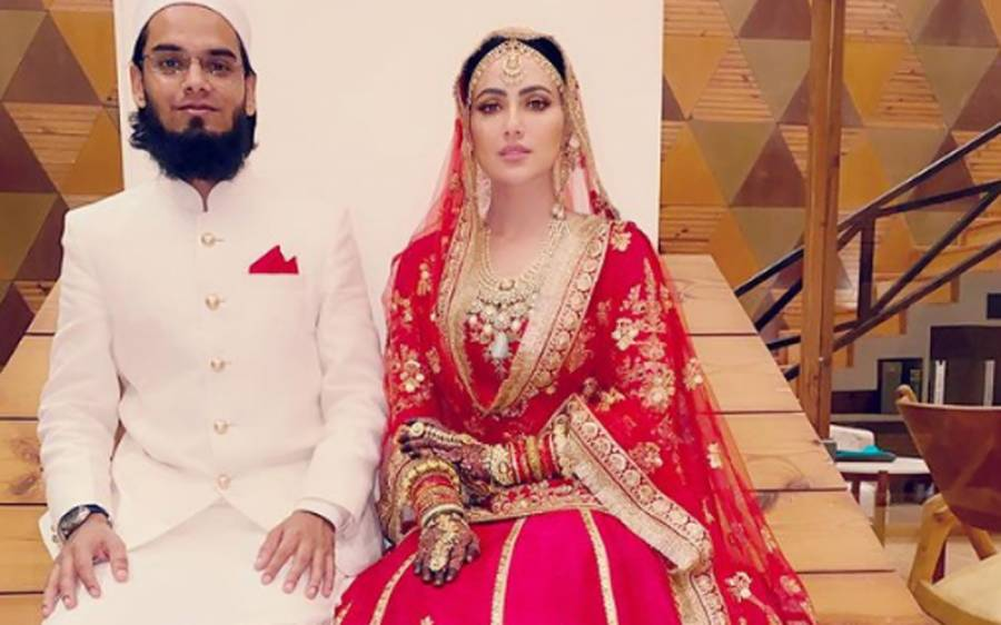 سابقہ بھارتی اداکارہ ثناءخان نے سوشل میڈیا پر اپنی مہندی کی تقریب کی تصاویر اور ویڈیو شیئر کردی