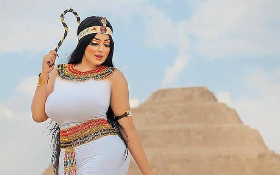 اہرام مصر پر بے باک ماڈل کی مختصر کپڑے پہنے تصاویر کھینچنے والے فوٹوگرافر کو پکڑلیا گیا
