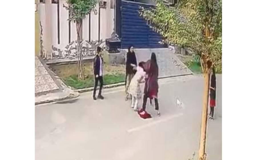 ایک اور گھریلو ملازمہ پر تشدد،ملزمان بچی پر سر عام سڑک پر تشدد کرتے رہے،ویڈیو دیکھ کر آپ بھی کانپ جائیں