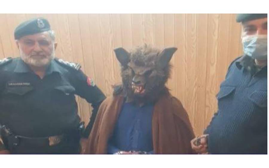 نیو ایئر نائٹ پر بچوں اور خواتین کو ڈرانے کیلئے نوجوان ایسا ماسک پہن کر آگیا کہ پولیس اہلکاروں نے فوری گرفتار کرلیا