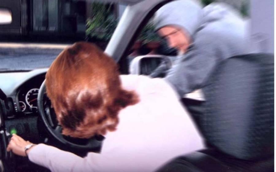بہادر خاتون نے گاڑی چھیننے آنے والے لٹیروں کو خالی ہاتھ لوٹنے پر مجبور کر دیا