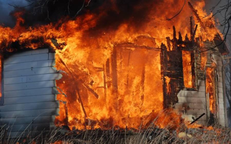 خاتون نہانے گئی تو گھر میں آگ لگ گئی، برہنہ حالت میں باہر بھاگ کر جان بچانا پڑی