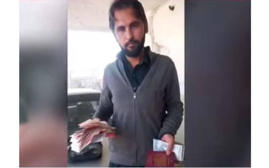 پشاور میں ٹیکسی میں سفر کرنے والی خاتون اپنا پرس بھول گئی لیکن جب ڈرائیور نے کھول کر دیکھا تو اندر کیا تھا ؟ ویڈیو بنا کر شیئر کر دی