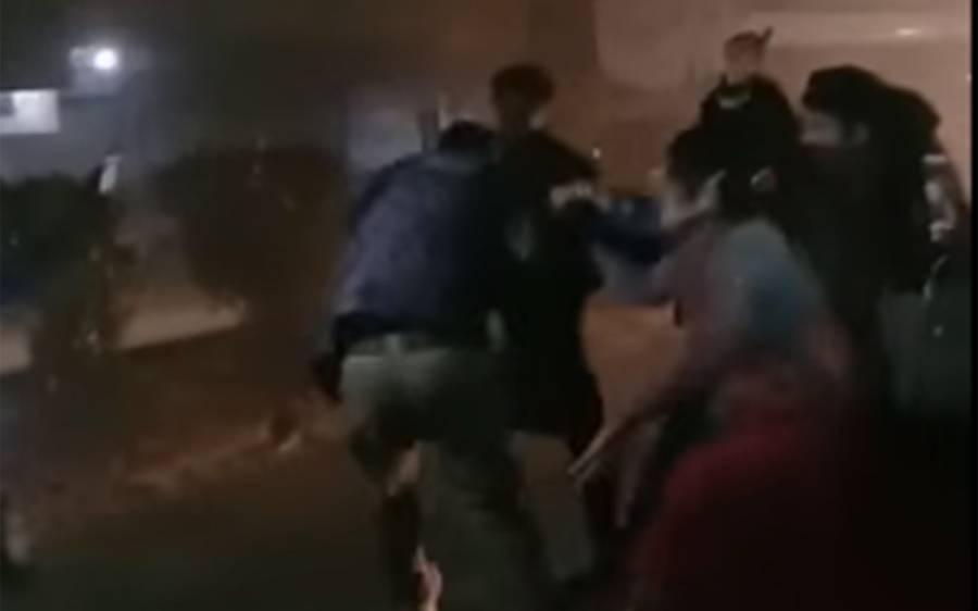 چھاپہ کیوں مارا؟خواجہ سراؤں کا پولیس اہلکاروں پر تشدد