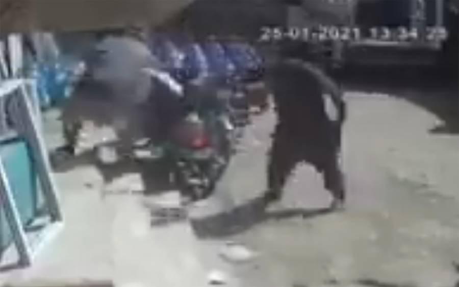 باپ نے بیٹی کو بچانے کیلئے ٹانگ پر گولی کھالی، دل دہلا دینے والی ویڈیوسامنے آگئی