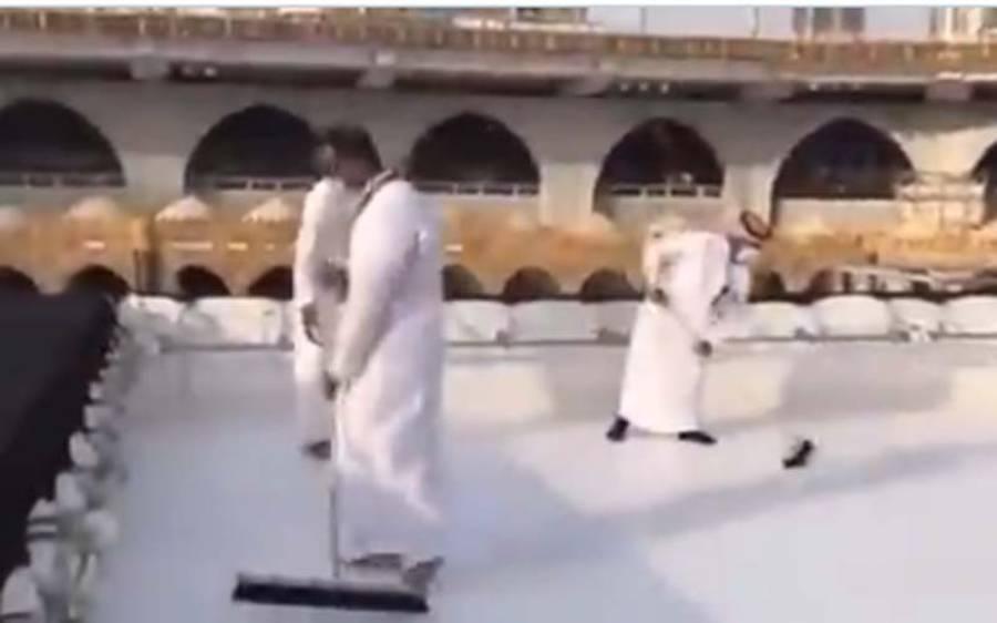 خانہ کعبہ کی چھت کی صفائی ریکارڈ 40 منٹ کے اندرمکمل،ویڈیو دیکھیں