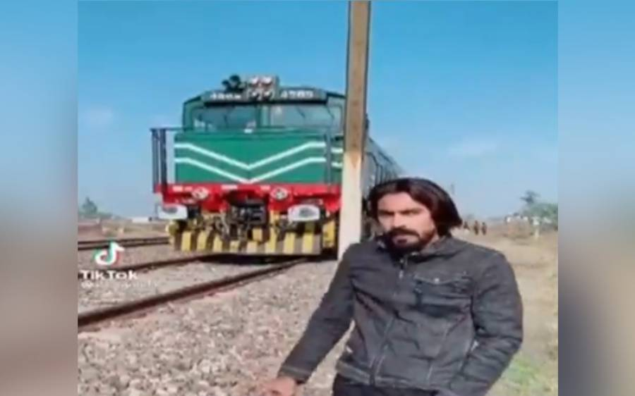 لاہور میں پھاٹک کو بند کرتے ہوئے دو معروف ٹک ٹاکرز نے مسافر ٹرین کے آگے ایسا کام کر دیا کہ پولیس نے گرفتار کر لیا
