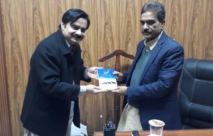 'گھوڑا، ارتقائی، سائنسی، سماجی اور تاریخی اہمیت' کے مصنف ڈاکٹر وقار علی گل نے محکمہ کے ڈائریکٹر جنرل کو اپنی کتاب پیش کی