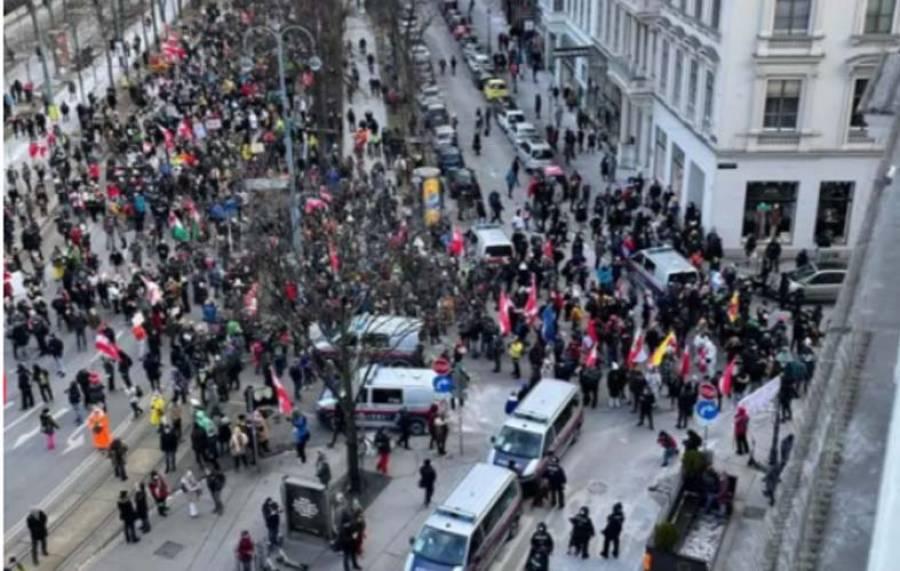 آسٹریا میں کورونا وائرس کے خلاف حکومتی اقدامات پر عدم اطمینان کا اظہار کرتے ہوئے سینکڑوں لوگوں کا مظاہرہ