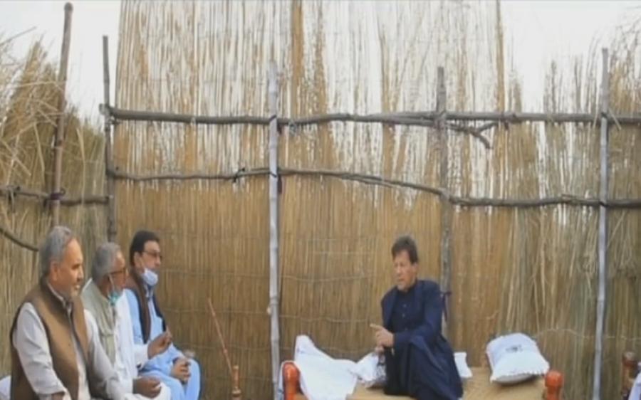 'پٹرول تو ہم نے بڑھنے ہی نہیں دیا' وزیر اعظم کا کسانوں کے بیچ چارپائی پر بیٹھ کر دعویٰ