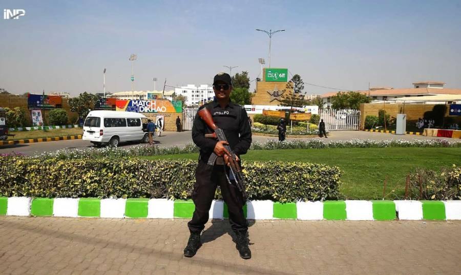 نیشنل سٹیڈیم کراچی میں ٹیمیں پہنچنے کے بعد میچ شروع ہونے سے قبل سیکیورٹی اہلکار چوکس کھڑا ہے