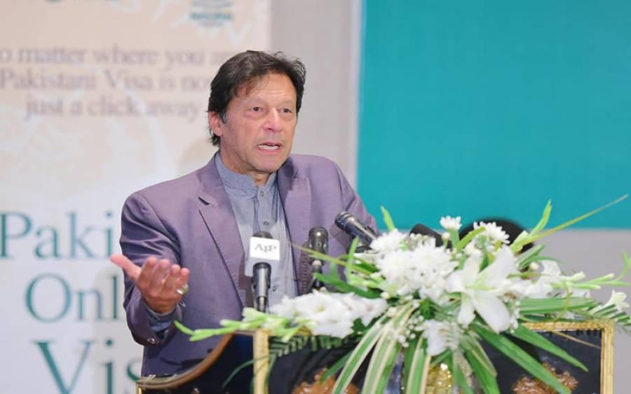 وزیراعظم کو اپنا کارنامہ بتانے کے بعد محفل کے شرکاء کو کہہ کر زبردستی تالیاں بجوانا پڑگئیں