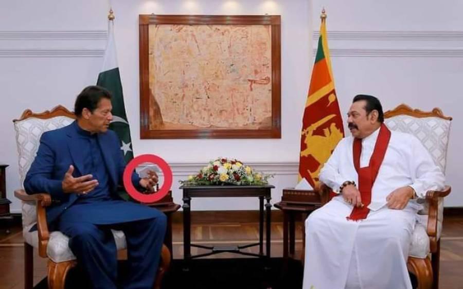کیا دورہ سری لنکا کے دوران واقعی وزیر اعظم عمران خان نے پرچی پکڑ رکھی تھی؟