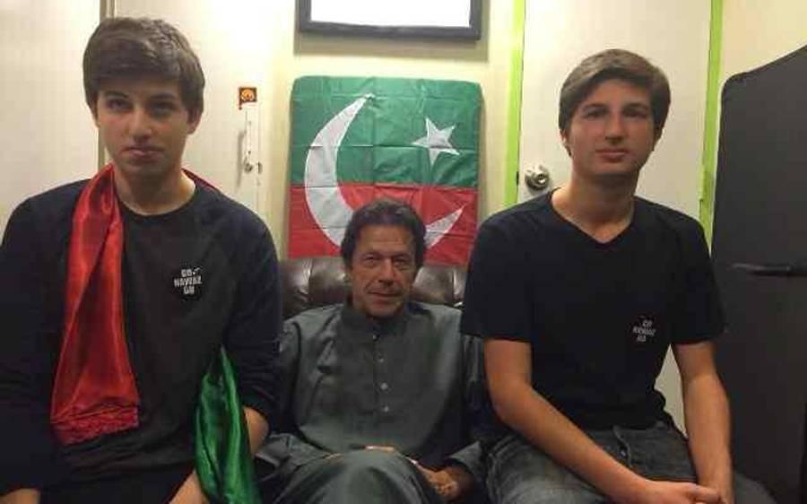 وزیراعظم عمران خان نے اپنے بیٹوں کی نماز پڑھنے کے بعد لی گئی تصویر شیئر کردی