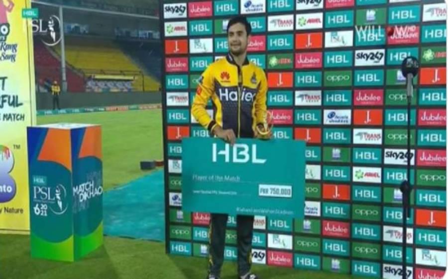پشاور زلمی کے جارح مزاج بلے باز حیدر علی مین آف دی میچ کا ایوارڈ وصول کرتے ہوئے