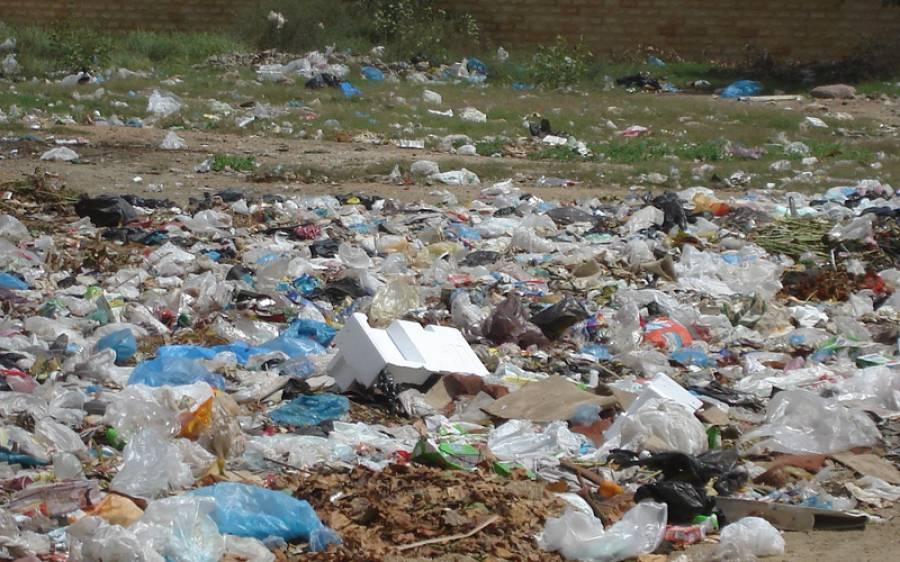لاہور میں کوڑے کے ڈھیر، فضا میں تعفن پھیل گیا
