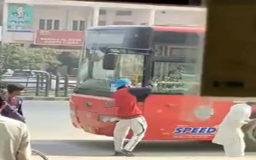 کرایہ کیوں مانگا؟ ملزمان نے فیروز پور روڈ پر سرکاری بس پر حملہ کردیا، ویڈیو منظر عام پر آگئی