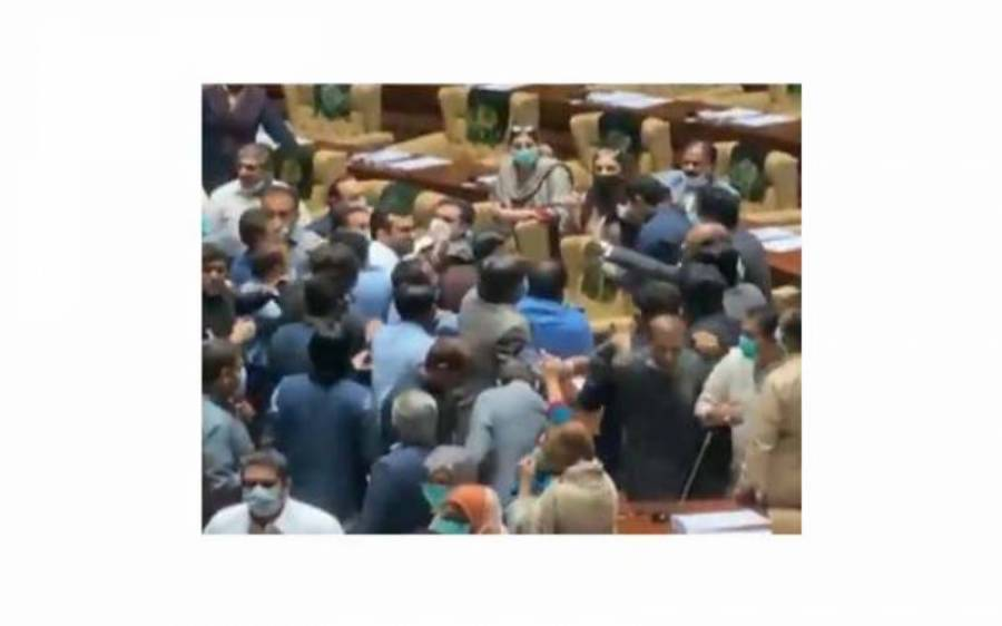 جب پی ٹی آئی کے اراکین باغی رہنما کریم گبول کو پیٹ رہے تھے تو شرمیلا فاروقی کیاکر رہی تھیں ؟ ویڈیو سامنے آ گئی