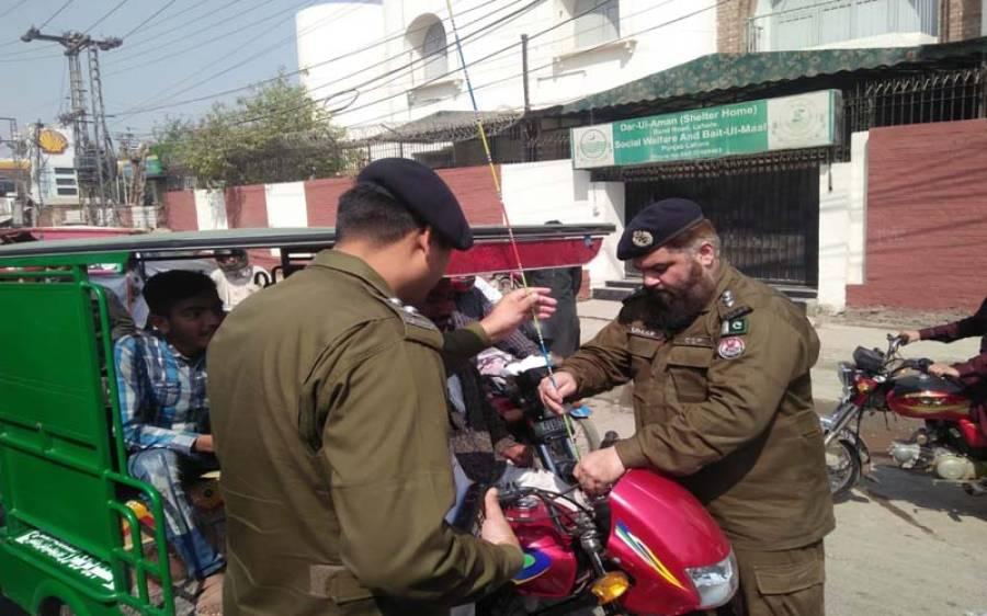 شہریوں کو قاتل ڈور سے بچانے کے لیے لاہور پولیس نے موٹرسائیکلوں پر سیفٹی تاریں لگانا شروع کردیں، آگاہی مہم بھی جاری