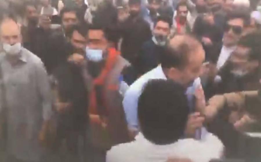 تحریک انصاف کے کار کنان کی مصدق ملک پر حملے کی ویڈیو سامنے آگئی ، انتہائی شرمنا ک مناظر