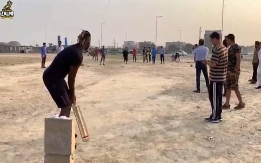 پی ایس ایل ملتوی ہونے کے بعد ڈیرن سیمی ٹیپ بال کرکٹ کھیلنے لاہور پہنچ گئے، چوکوں چھکوں کی برسات، ویڈیو سوشل میڈیا پر وائرل
