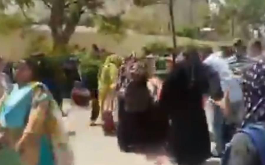 کراچی: لیڈی ہیلتھ ورکرز کا اہم شاہراہ پر دھرنا، ٹریفک رک گیا