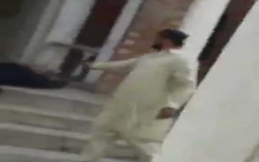 بھائی کے قتل کا بدلہ، نوجوان نے ملزم کو عدالت میں فائرنگ کرکے قتل کردیا، واقعہ کی فوٹیج بھی سامنے آگئی